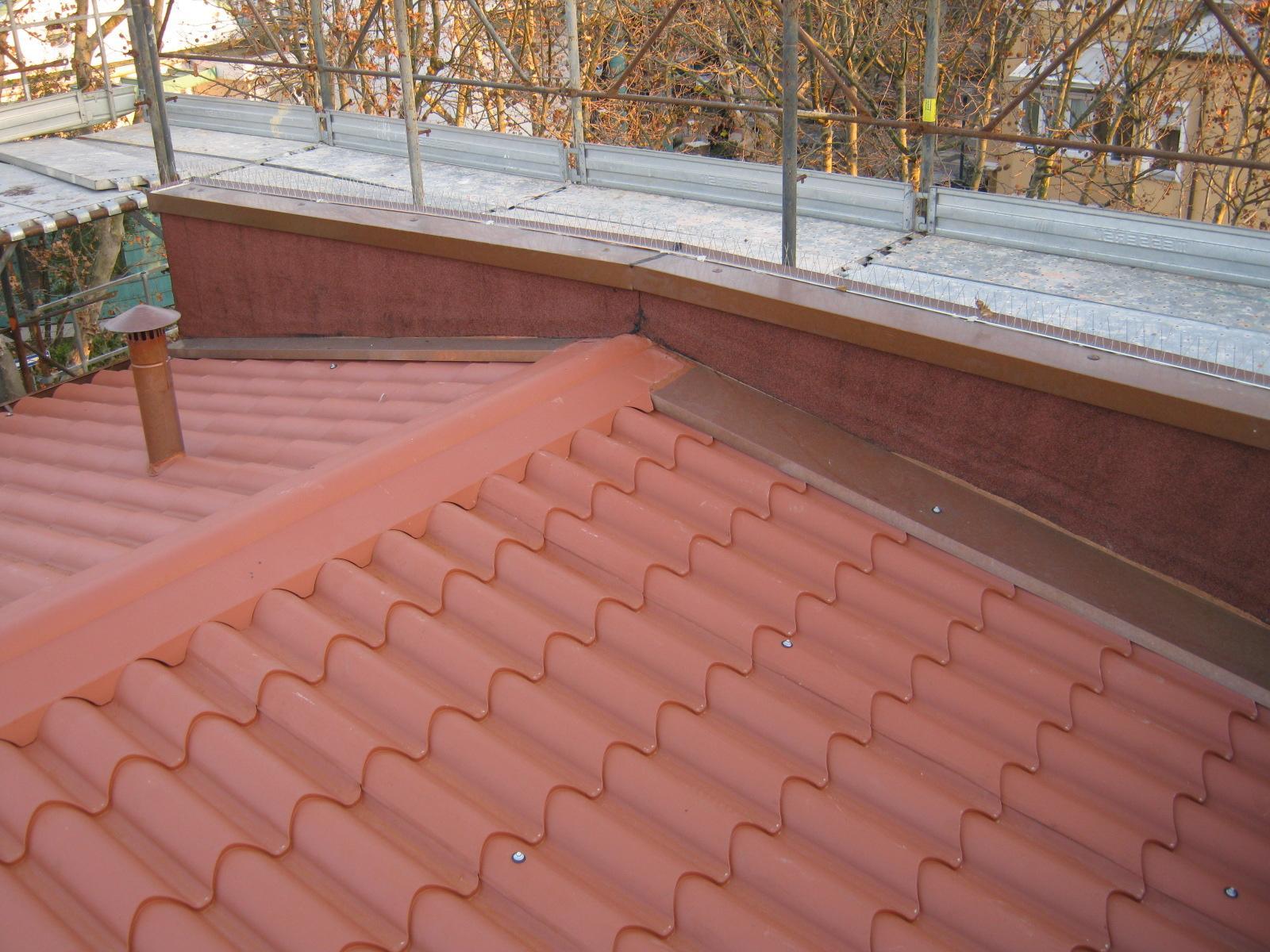 un tetto con le tegole arancioni