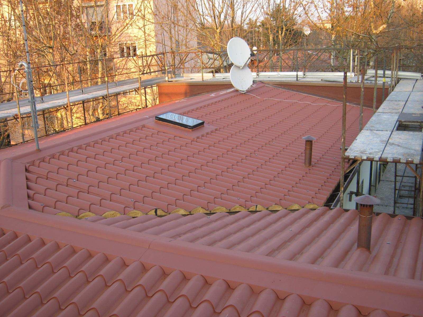 un tetto con un pannello solare e delle parabole