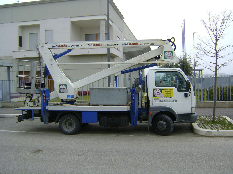 un camion con una piattaforma aerea