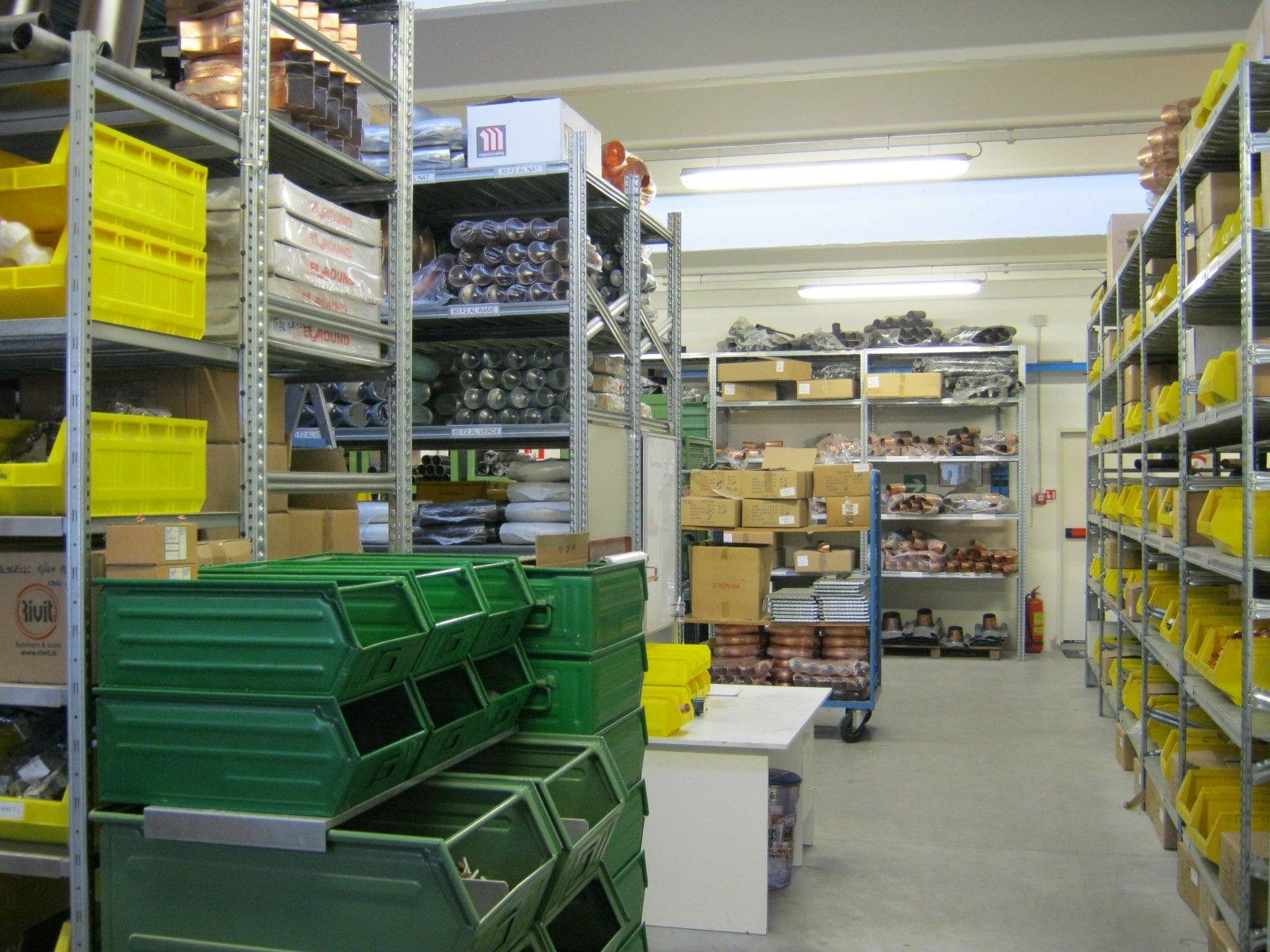 fornitura di grondaie in magazzino da esposizione 14