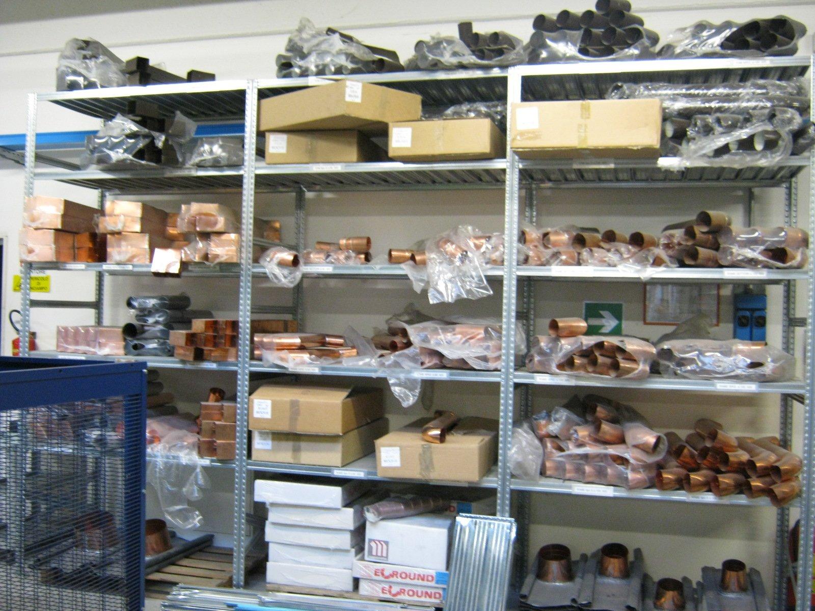 fornitura di grondaie in magazzino da esposizione 8
