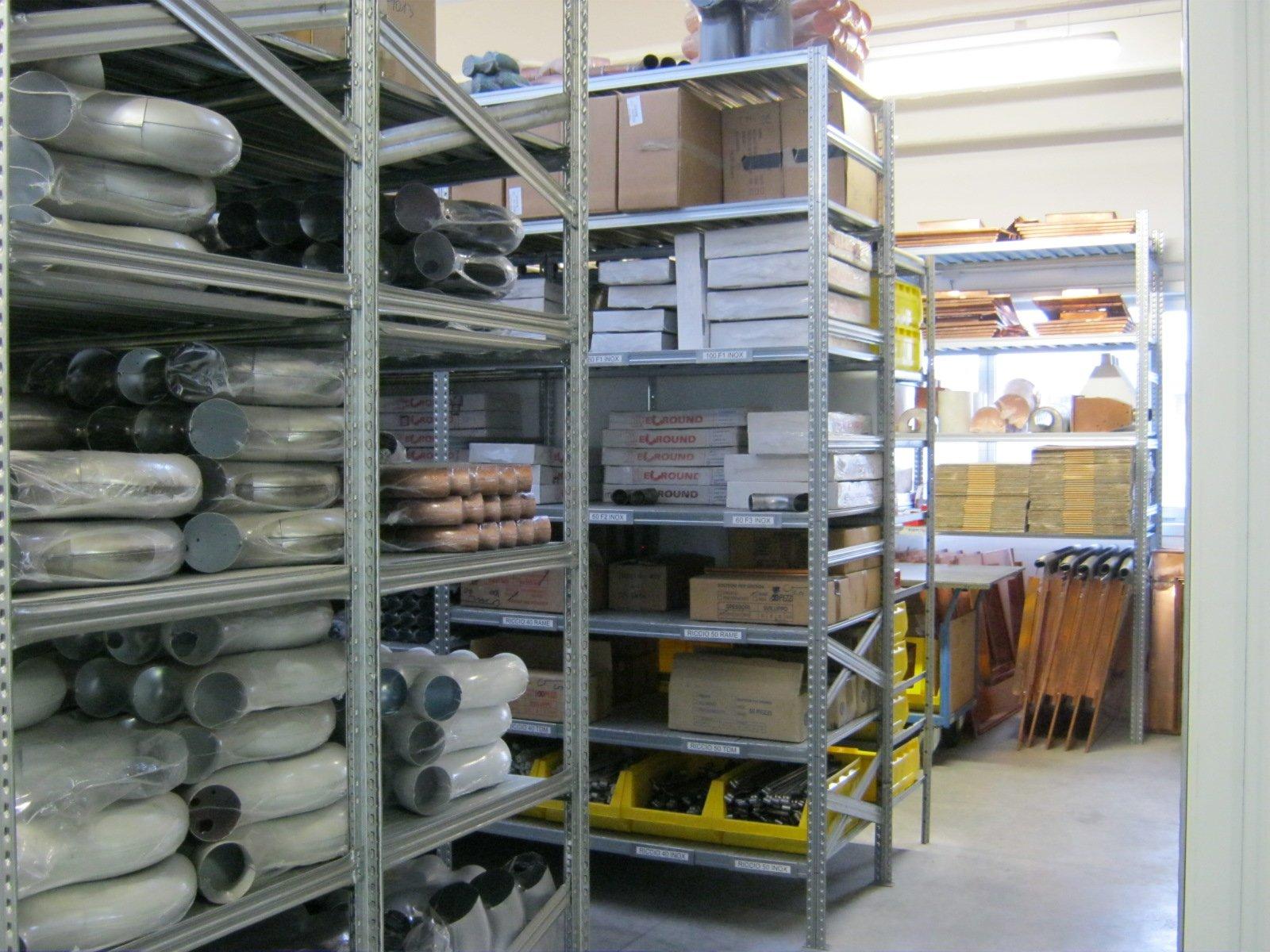fornitura di grondaie in magazzino da esposizione 10