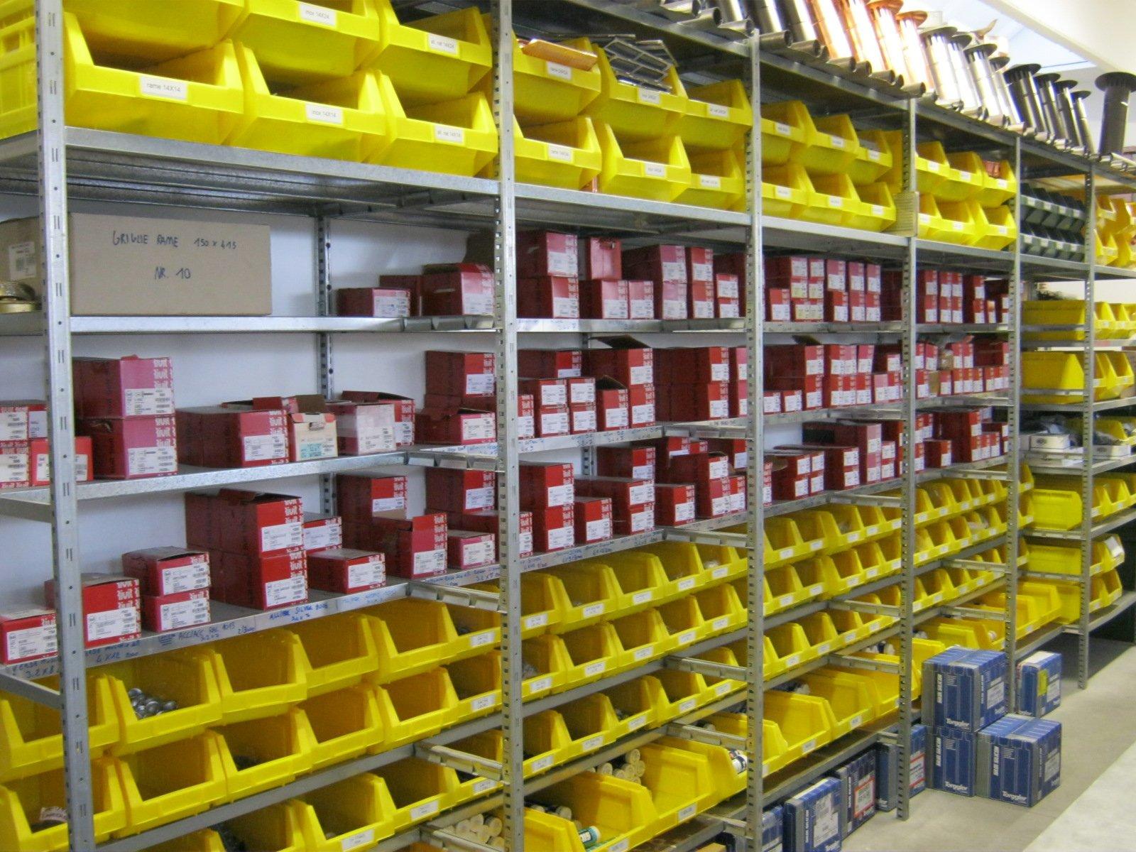 fornitura di grondaie in magazzino da esposizione 18