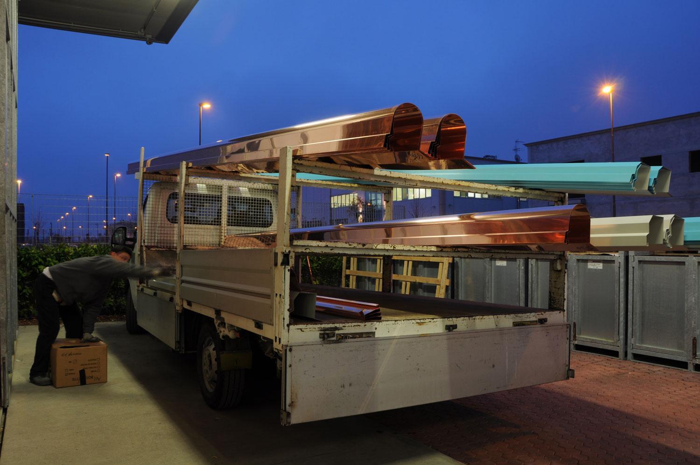 Un camion con del materiale di rame caricato sul rimorchio