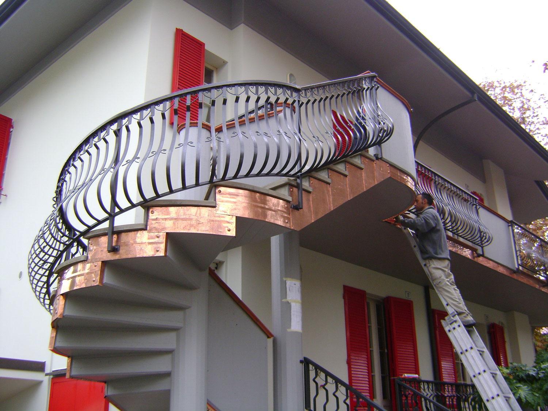 Delle scale all'esterno di una casa