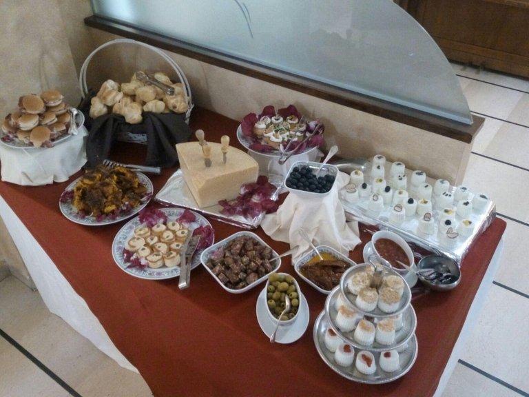 Tavola buffet con diversi tipi di formaggi,pani e olive