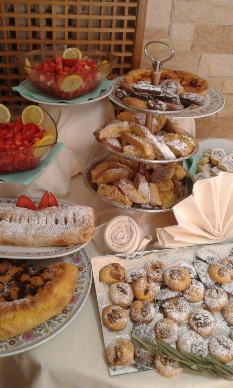 Altra tavola con i dessert, torta di frutta, sfoglie dolci, fragole fresche