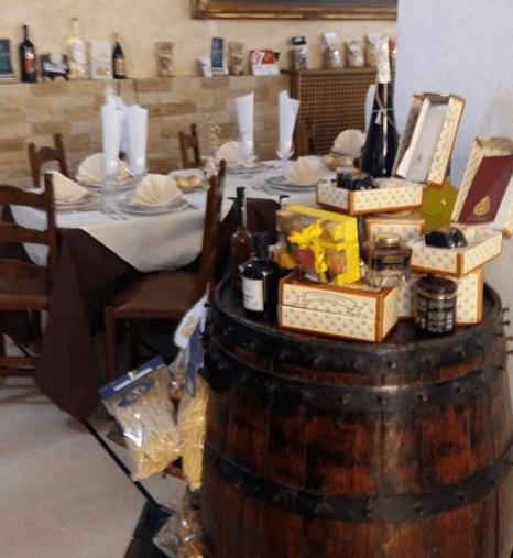 Barile usato come esibiti di vini,paste e altri prodotti del ristorante che possono essere oggetto di regalo