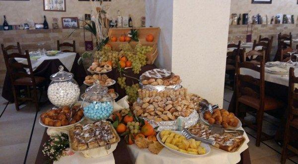 Tavola buffet di dolci, frutta e dessert freschi