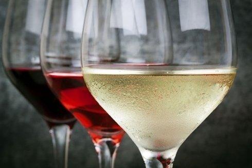 tre bicchieri di vino in fila