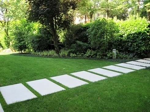 sentiero di mattonelle su prato verde