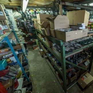 magazzino interno con ricambi