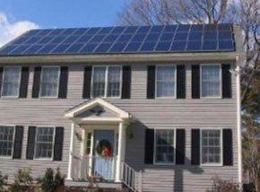 una villa con dei pannelli solare sul tetto