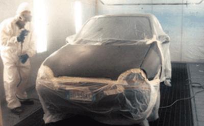 Un auto pronta per essere verniciata
