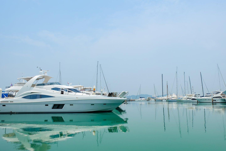 yacht bianco in un porto