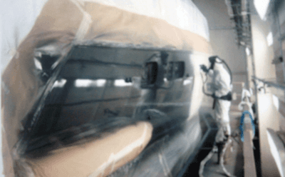 Un auto in una carrozzeria pronta per essere riparata