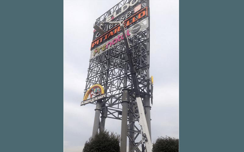 Piattaforma aerea per installazione insegna luminosa