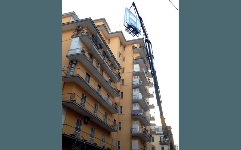 Scala aerea per movimentazione vetrata