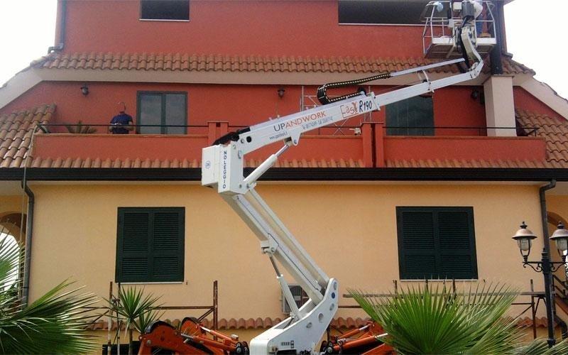 Ragno per intervento su tetto edificio residenziale