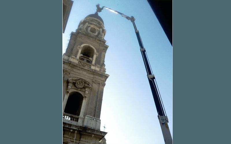 Autogru con braccio telescopico per intervento campanile chiesa