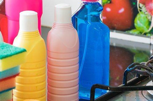 tre bottigliette di prodotti per pulizie