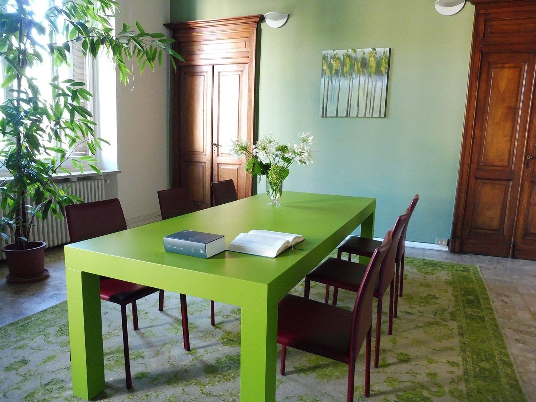 sala riunione con tavolo verde
