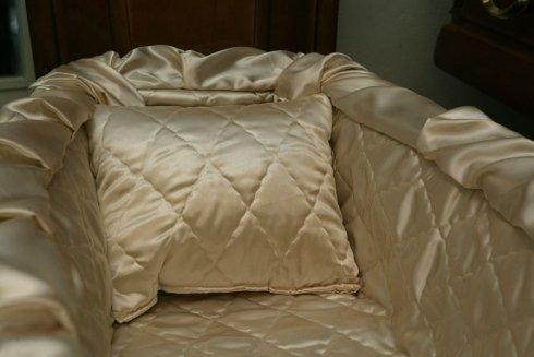 interno di una bara imbottita con un cuscino in raso