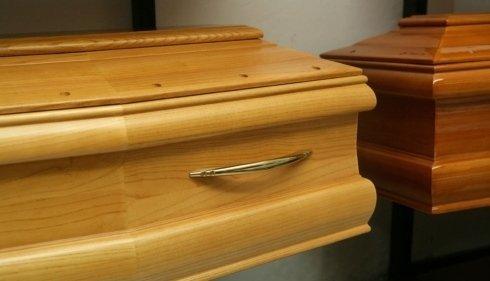 un bara in legno marrone chiaro con una maniglia dorata