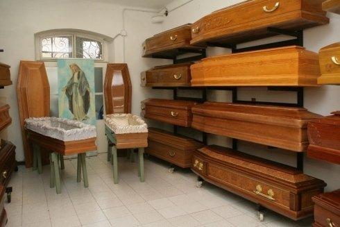 una stanza con delle bare in esposizione