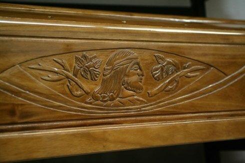 un disegno del viso di Gesù su una bara di legno