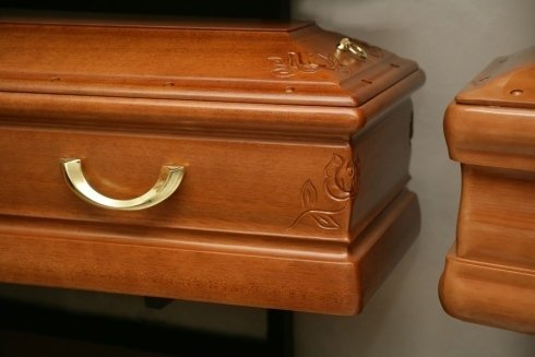 una bara in legno con dei disegni di alcune rose e una maniglia dorata