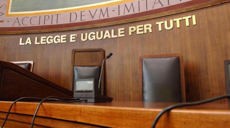 tribunale con scritta LA LEGGE e` UGUALE PER TUTTI dietro la sedia del magistrato