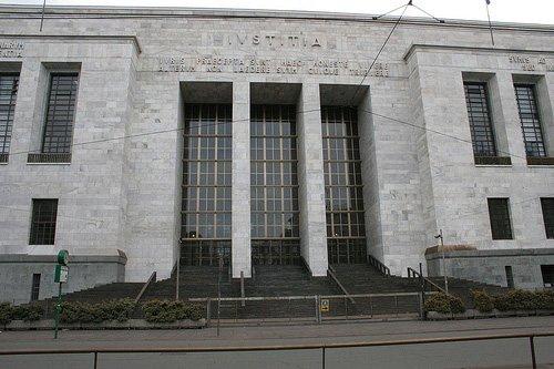 vista frontale di un tribunale