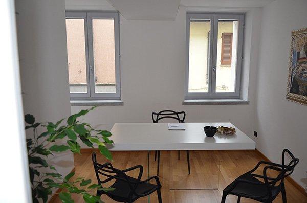 vista frontale di un tavolo bianco con 3 sedie