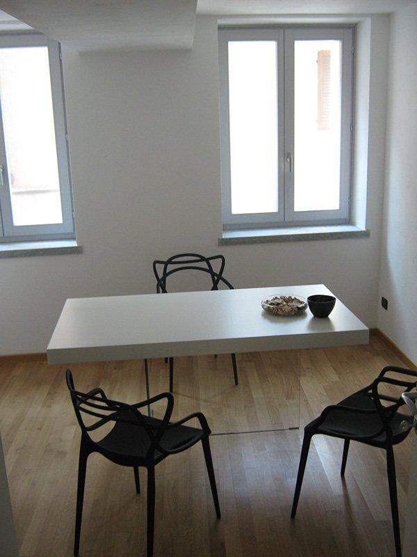 stanza con un tavolo e 3 sedie