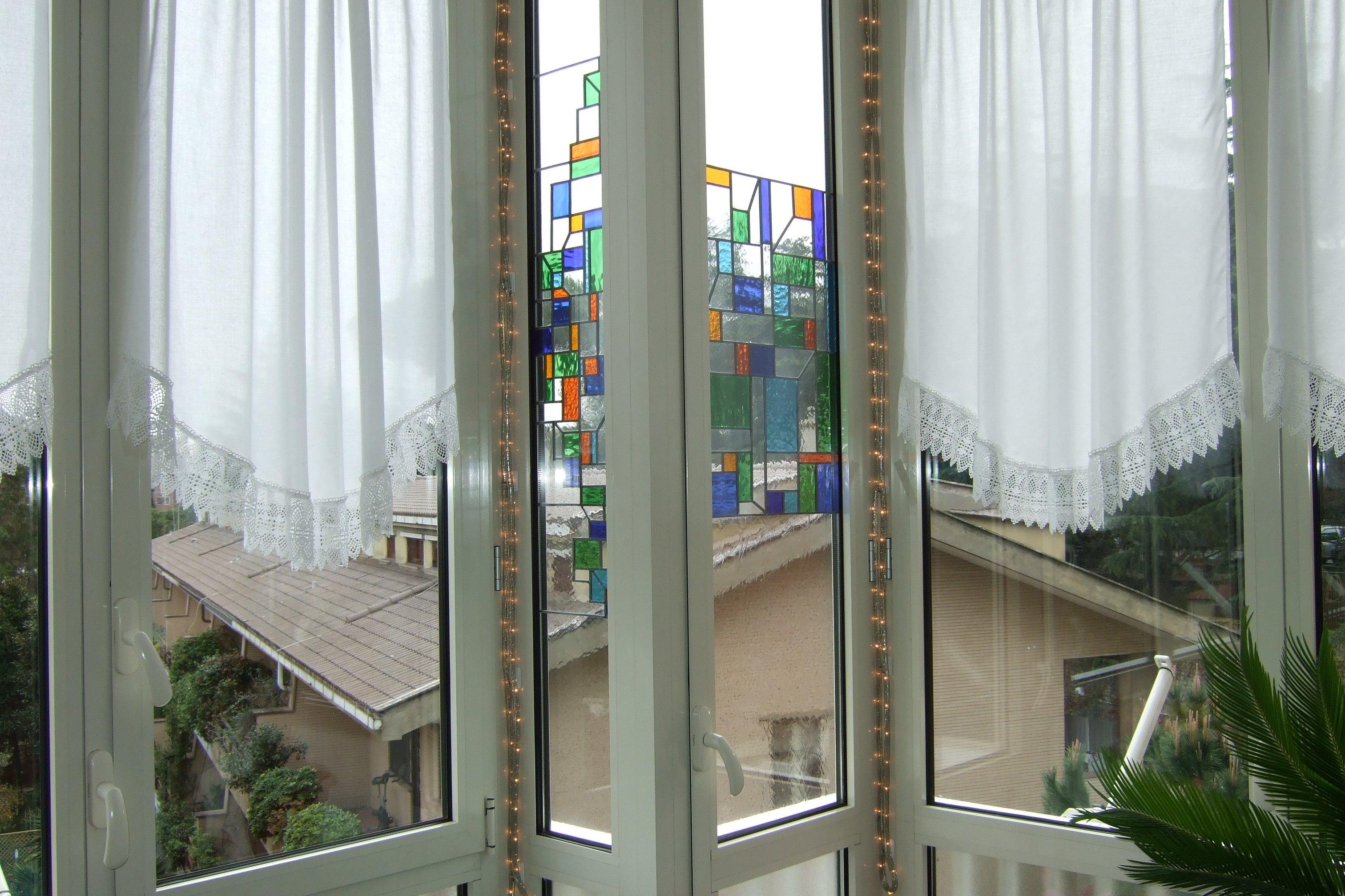Finestra con vetro colorato