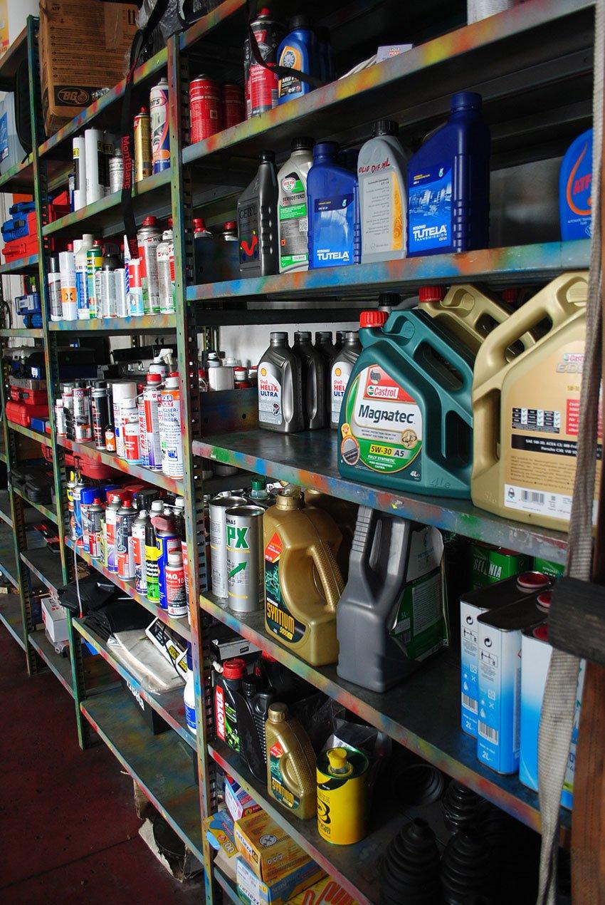 Olio in taniche e prodotti vari sugli scaffali