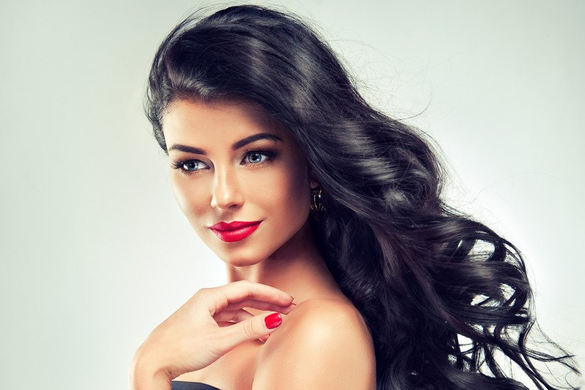 lady with black hair extensions and red lips