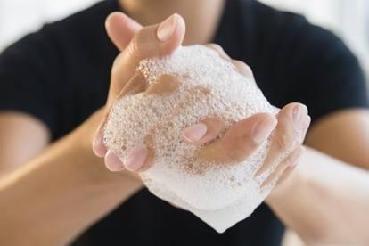 Lavarsi bene le mani salva la vita