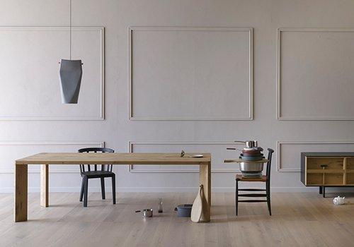 Stanza con una tavola di legno e vari  utensili da cucina