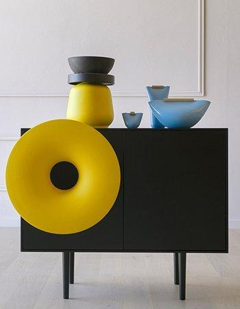 Mobile piccolo di colore nero con il bottone giallo
