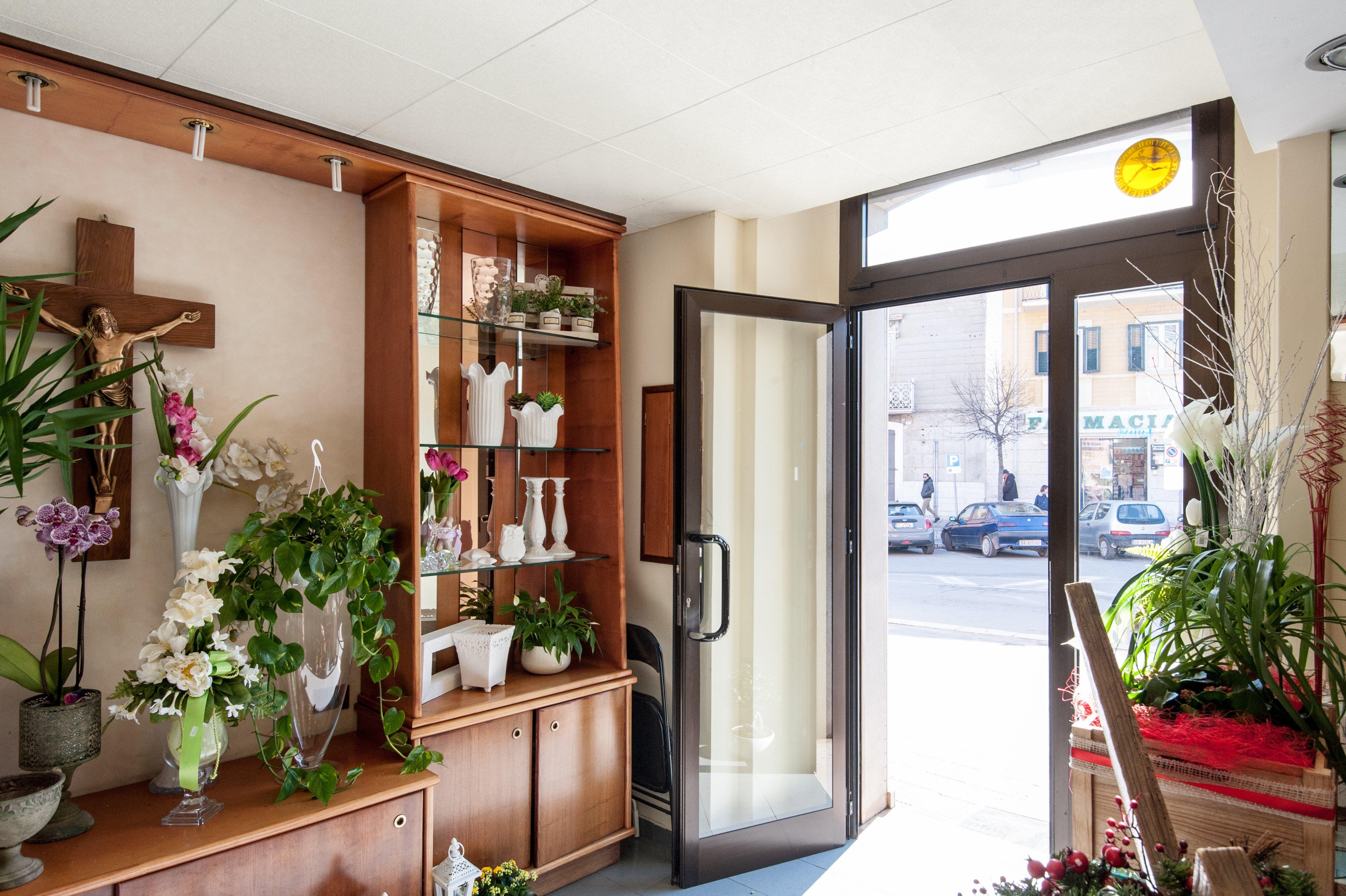 uscita del negozio con ripiani con fiori e vasi