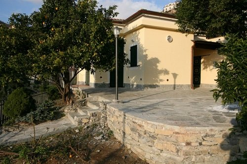 vista di un piazzale e un muretto in pietra