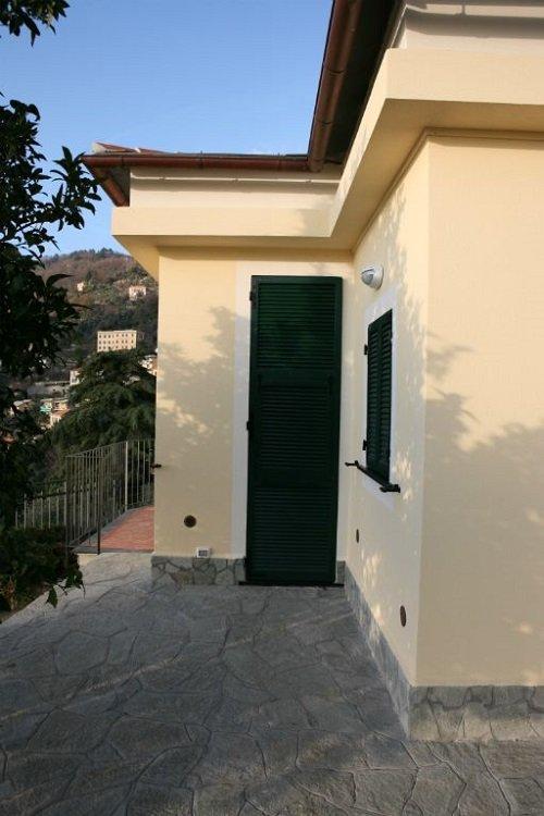 vista esterna di una casa coin porta verde