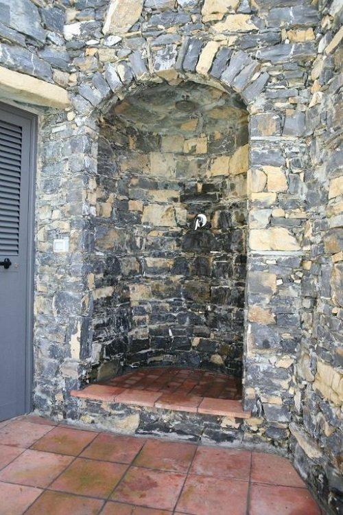 vista di un arco su un muro in pietra