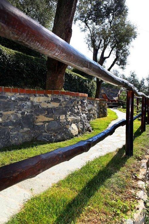 vista di un muretto in pietra lungo il giardino