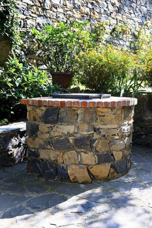 vista di un pozzo in pietra