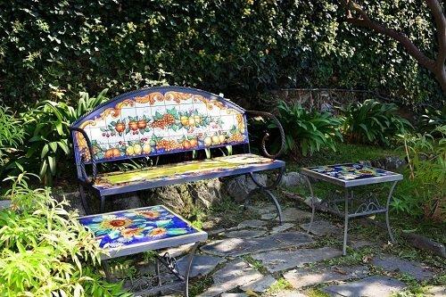 vista di una panchina e un tavolo decorati con frutta dipinta
