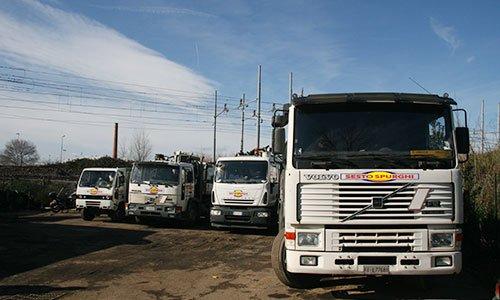 Quattro camion di color bianco parcheggiati proprietari di Sesto Spurghi