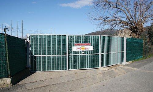 Un cancello grande con scritto Sesto Spurghi